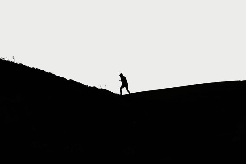 Groot contrast geeft een silhouet met een surrealistisch beeld